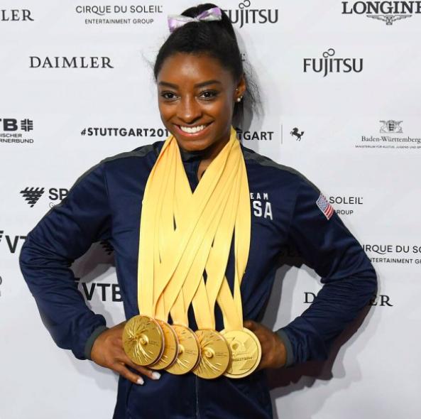 Gimnasta Simone Biles con sus medallas